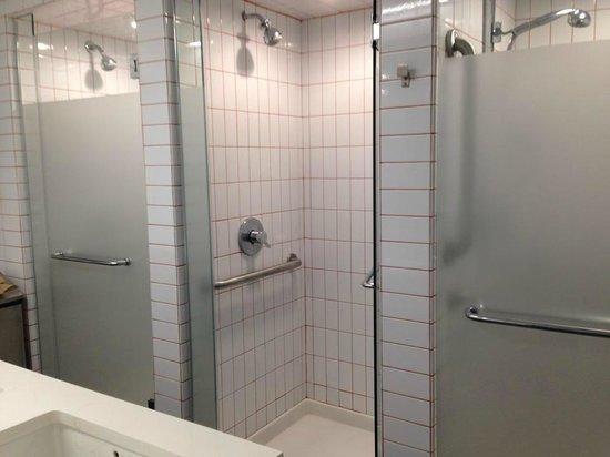 Banheiro feminino  Picture of West Side YMCA, New York City  TripAdvisor -> Banheiro Suite Feminino