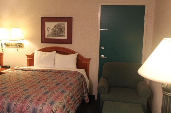 Federal City Inn & Suites: Adjoining Room-2 double beds and sitting chair