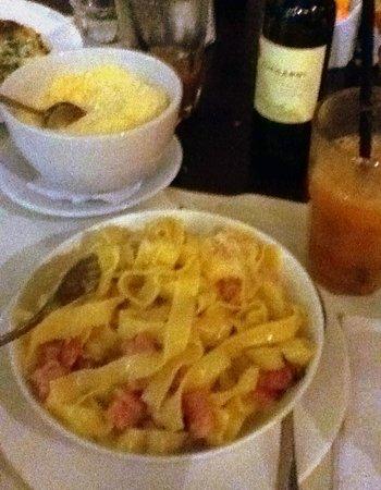 Bella Italia Ristorante: Fettuccine com molho branco e pancetta (delicioso)