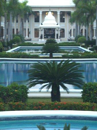 Hotel Riu Palace Punta Cana : Reflecting pools