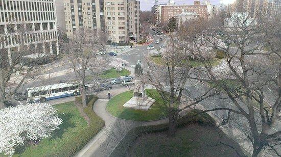 Beacon Hotel & Corporate Quarters: Looking down toward Scott Circle Park/Rauh Memorial
