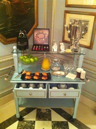 Four Seasons Hotel des Bergues Geneva: Free breakfast-snacks-to-go in the lobby