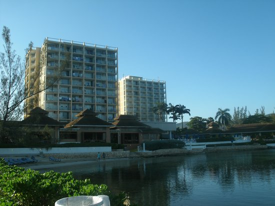 Sunscape Splash Montego Bay : another view of hotel from beachfront