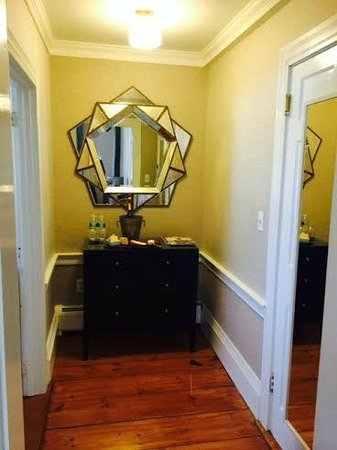 Captain Fairfield Inn: Walker Room #5 Entryway
