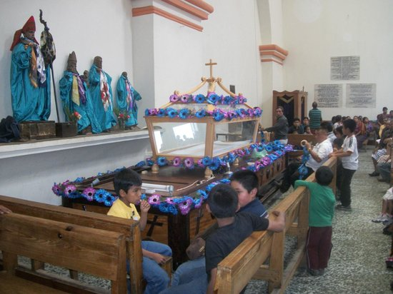 "Colonial Church: The ""anda"" in preparation for Holy Week processions"