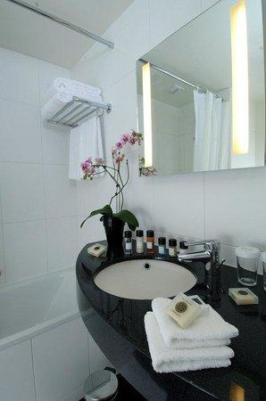 Holiday Inn Paris-Porte De Clichy : Spacious executive bathroom with a complete array of bath products
