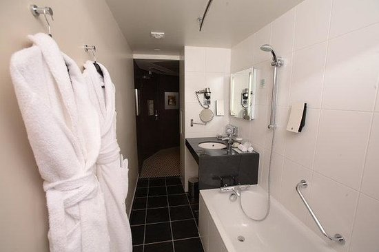 Holiday Inn Paris-Porte De Clichy : High standard Executive Corner Bathroom