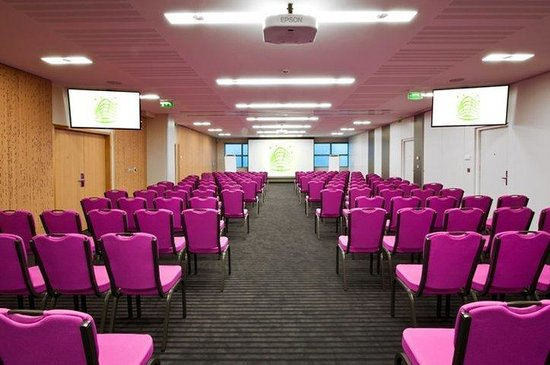 Holiday Inn Paris-Porte De Clichy : large meeting room with natural daylight:  Alchimie - 166sqm