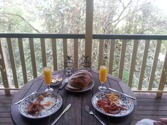 The Falls Montville : breakfast on the deck (from hamper provided)