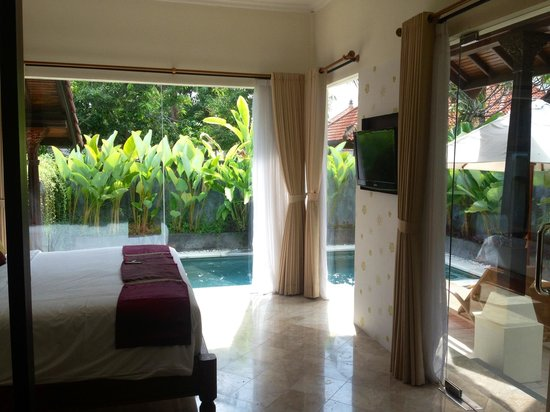 The Club Villas: Pool and bed