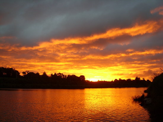 Whanganui River Top 10 Holiday Park: Sunset over the river