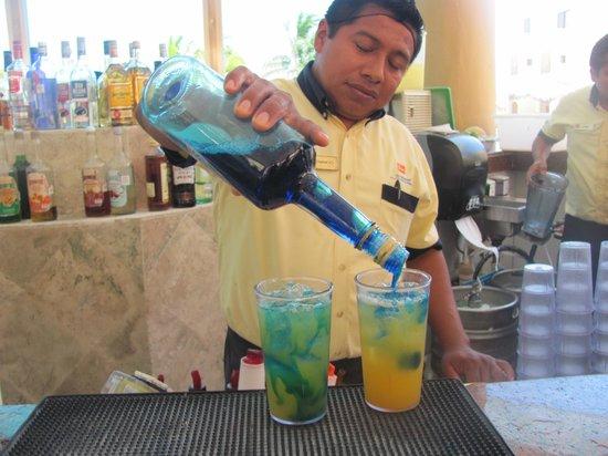 Viva Wyndham Maya : barman a la piscine