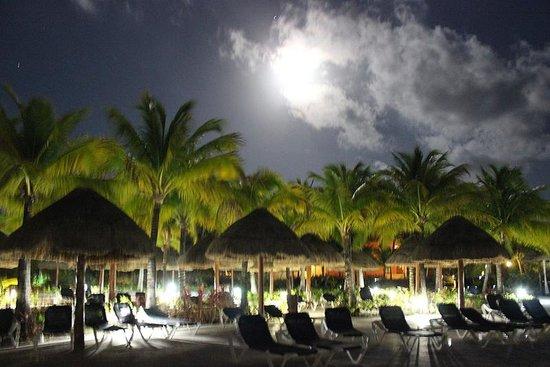 Grand Palladium White Sand Resort & Spa : The beach during a full moon