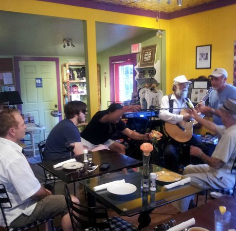Arts & Eats Restaurant and Gallery: Open mic