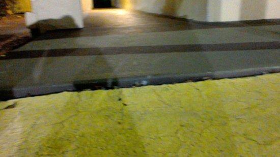 La Quinta Inn Columbus Fort Benning: cracks on ramp unable to get up alone