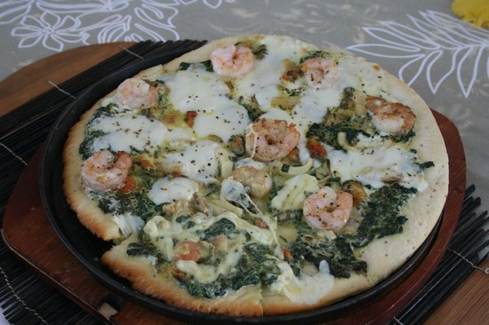 Opoa Beach Hotel : seafood pizza for lunch