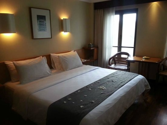 Padma Hotel Bandung : Deluxe room with few petals on the bed