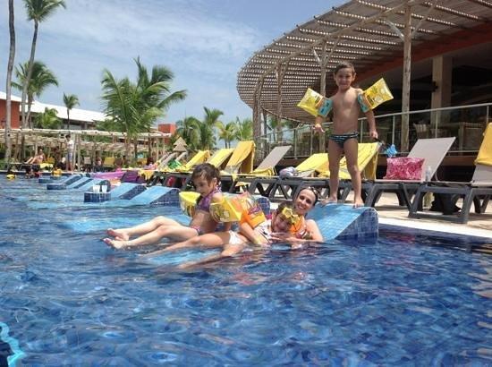 Barcelo Bavaro Beach - Adults Only: na piscina com as crianças