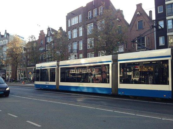 WestCord City Centre Hotel Amsterdam: Trânsito na rua em frente ao hotel.