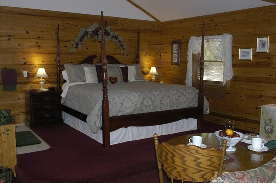 Wisteria Lane Lodging: Elevated Four Poster Bed next to Jacuzzi