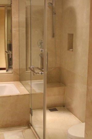 Beijing Marriott Hotel City Wall: Bath Shower