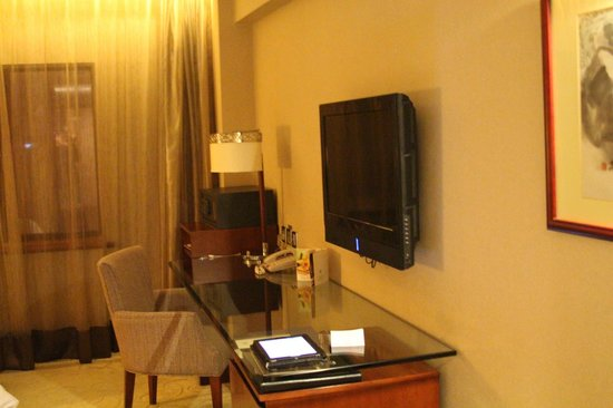 Grand Noble Hotel : Desk and TV area