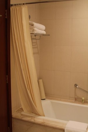 Hangzhou Xanadu Narada Hotel: Tub and shower
