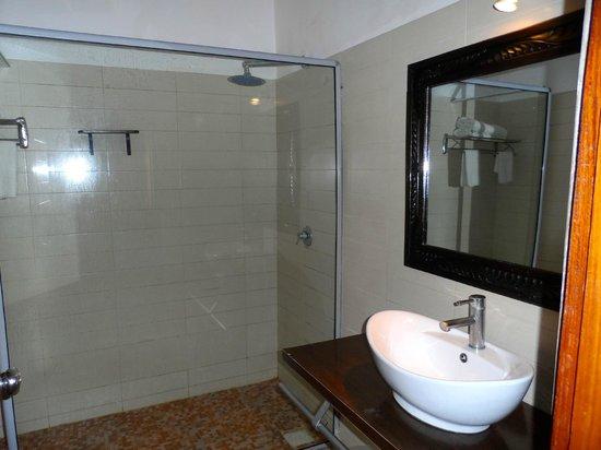 My Blue Hotel: Bathroom