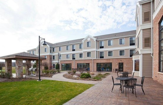 Staybridge Suites Milwaukee West Oconomowoc: Courtyard