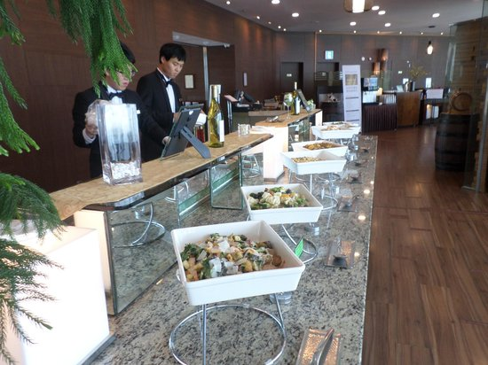 Orakai Songdo Park Hotel: buffet at 19 floor