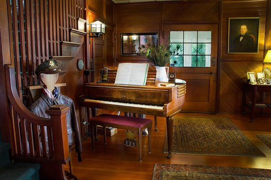 Wicky-Up Ranch Bed and Breakfast: Piano in living room