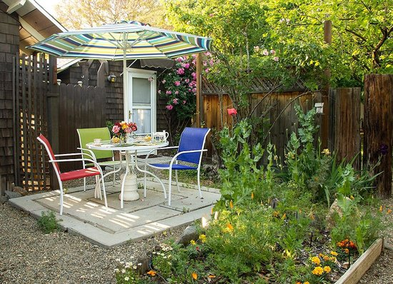 Wicky-Up Ranch Bed and Breakfast: Cottage Room Garden patio