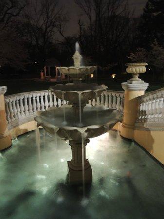 Omni Shoreham Hotel: Fuente en el jardin