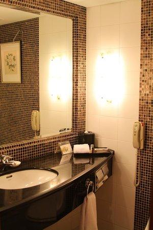Renaissance Shanghai Yangtze Hotel: Bathroom