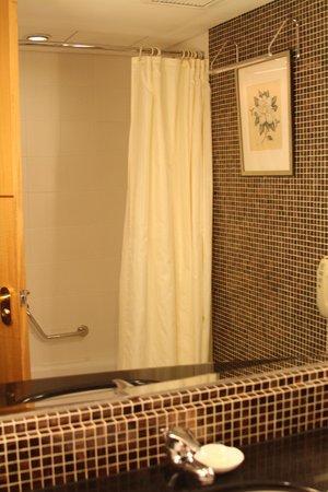 Renaissance Shanghai Yangtze Hotel: Tub and Shower