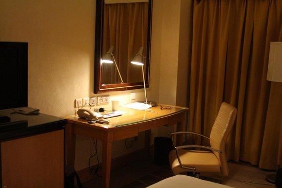 Renaissance Shanghai Yangtze Hotel: Desk and seating