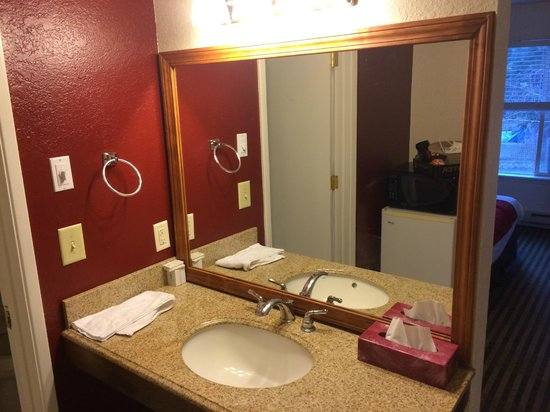 Best Choice Inn South Lake Tahoe: nicely remodeled bathroom in room 226