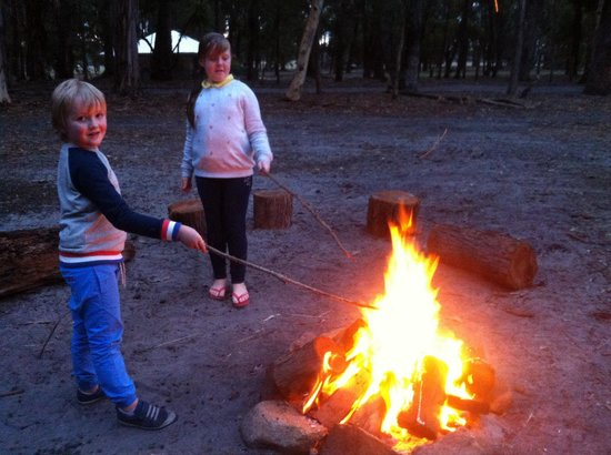 Margaret River Hideaway & Farmstay : Getting ready to toast marshmallows!