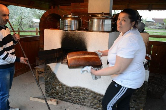 Pensiunea Teodora Teleptean: the bread comes out of the oven