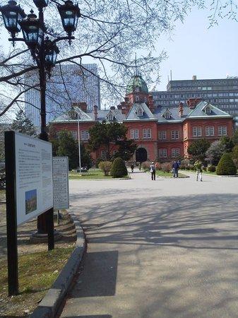 Former Hokkaido Government Office Building: まだ早い時間ですが観光者が記念撮影しています