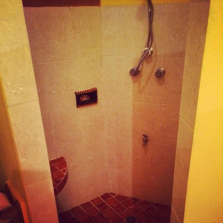 Casitas del Mar: Nice walk-in shower to wash all the sand away