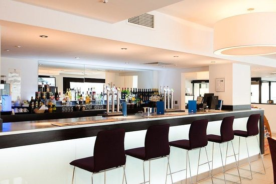 Holiday Inn Express Birmingham South A45: Grab a refreshing beverage at our 24-hour bar!
