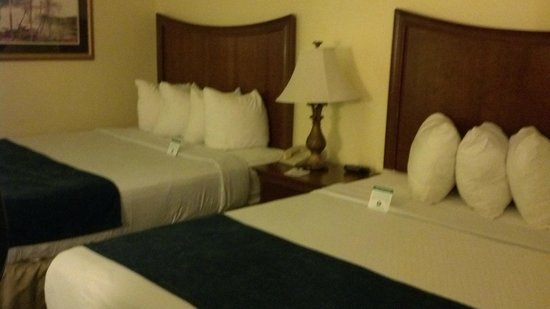 Best Western Cocoa Beach Hotel & Suites: more than enough pillows!