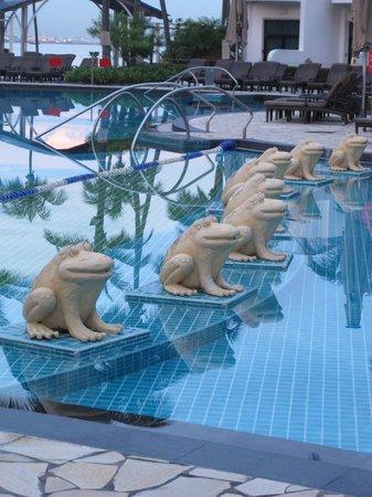Shangri-La's Rasa Sentosa Resort & Spa: The hotel pool