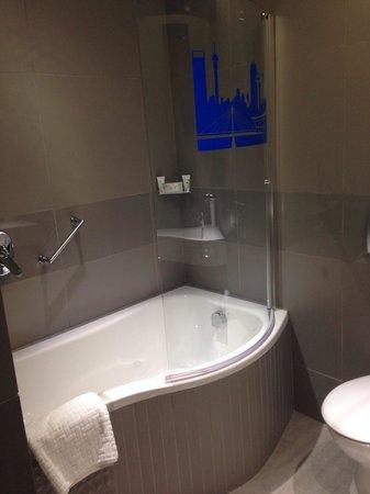 Garden Court Milpark : Amazing bath and shower
