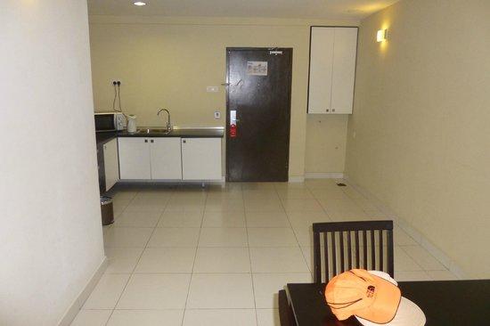 Bayu Marina Resort: Half of the room is empty. Not very appealing.