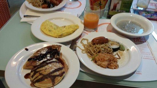 HARRIS Resort Kuta Beach : Some of the food from breakfast buffet