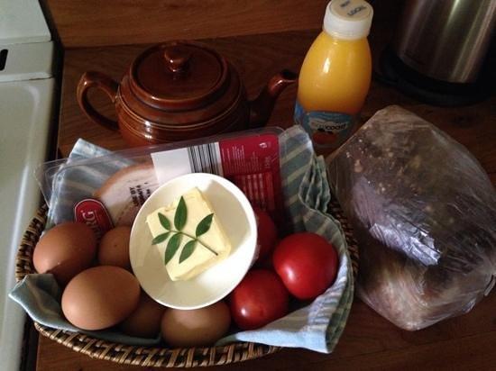 Cedar Creek Cottages & Wine: Breakfast basket