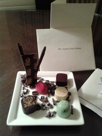 The Ritz-Carlton New York, Battery Park: Room 924 chocolates arrived one day!