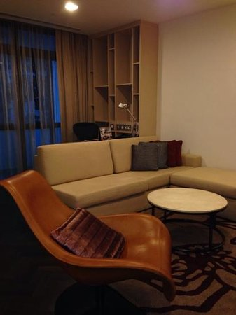 Fraser Suites Singapore : living room with desk